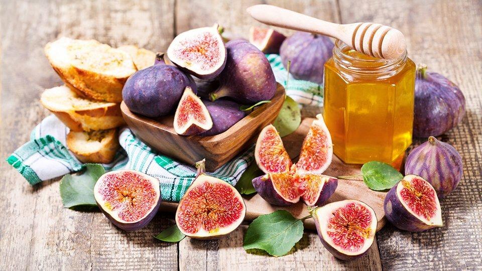 Świeże figi na stole